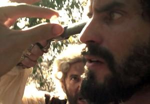 Mão de Luva aponta arma para Simão (Foto: TV Globo)