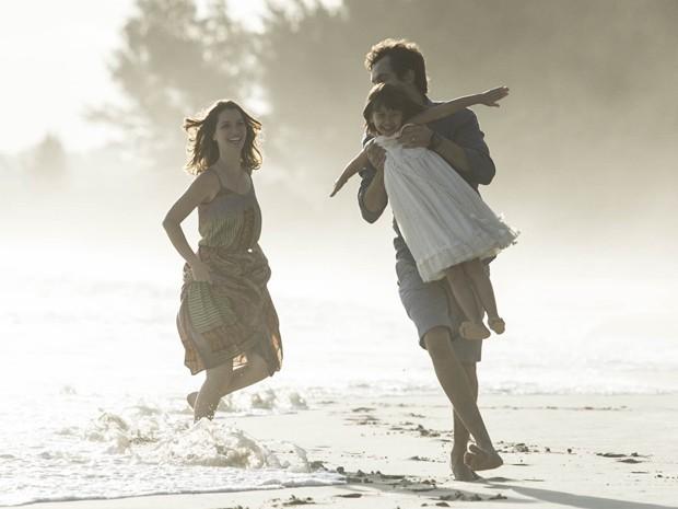 Trio corre pela areia de praia deserta (Foto: Raphael Dias/Gshow)