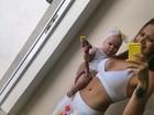 De barriga de fora, Solange Almeida faz 'selfie' com a filha