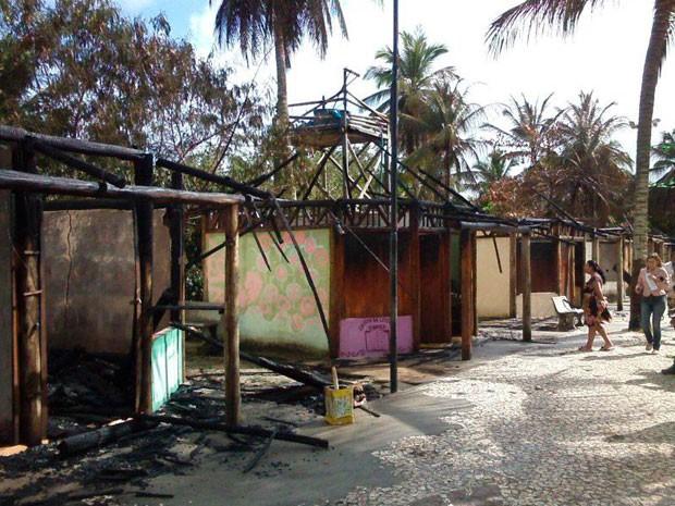 Dezenas de quiosques foram atingidas pelas chamas em Coroa Vermelha, na Bahia (Foto: Radar64.com)