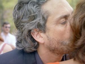 Zé também beija Marta na saída da prisão (Foto: TV Globo)