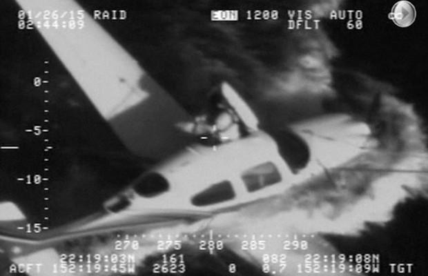 Piloto acionou um paraquedas conectado ao avião e com ele conseguiu pousar no mar (Foto: US Coast Guard)