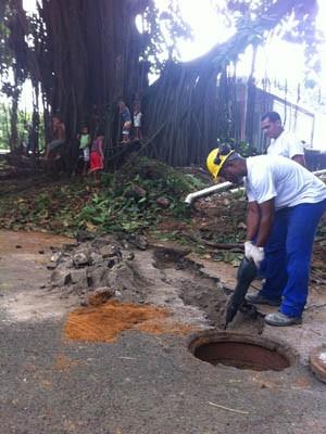 Operários trabalham na instalação de alojamento para os índios (Foto: João Bandeira de Mello/G1)
