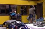 Renan pendura edredom na porta do Quarto Amarelo