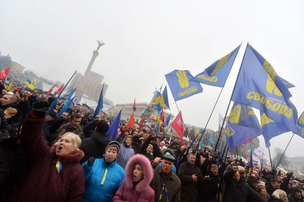 Manifestantes antigoverno protestam neste domingo (9) em Kiev, na Ucrânia (Foto: Sergei Supinsky/AFP)