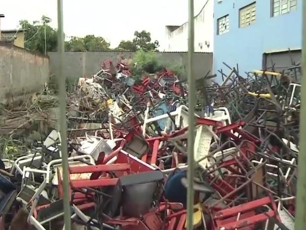 Cadeiras e mesas escolares são descartadas em Aparecida de Goiânia, Goiás (Foto: Reprodução/TV Anhanguera)