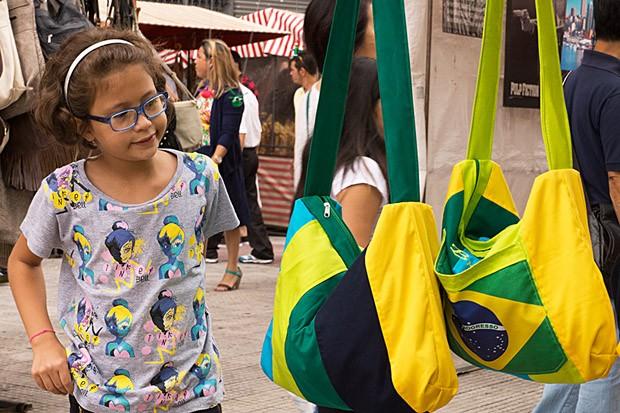 Bolsas com as cores do Brasil são oferecidas aos visitantes na Feira da Liberdade (Foto: © Rodrigo da Silveira Lobo)