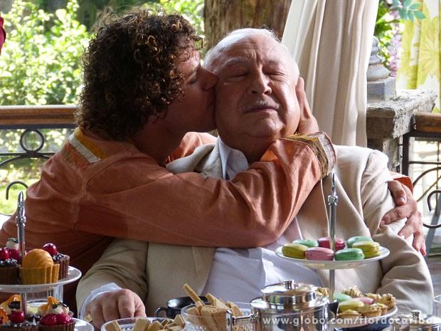 CAndinho fica feliz da vida em conhecer a família do pai (Foto: Flor do Caribe / TV Globo)