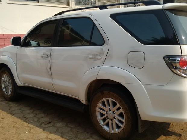 Após ser recuperado, automóvel foi levado para1ª Delegacia  (Foto: Pâmela Fernandes/ G1)