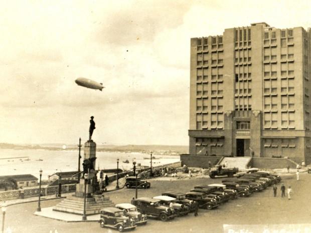 Passagem do zepelin por Salvador na Praça Castro Alves (Foto: Arquivo Municipal/Fundação Gregório de Matos )