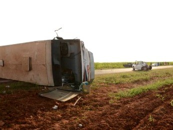 Õnibus tombou após bater em veículos dos indígenas (Foto: Varlei Cordova/Agora MT)