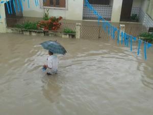 Lagoa de São Conrado, no bairro Dix-Sept Rosado, transbordou com as chuvas que caem em Natal (Foto: Pedro Rodrigues/G1)