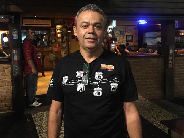 Garçom Luiz Martins, do Rota 66, quer reformar o banheiro de casa (Foto: Patricia Teixeira/G1)