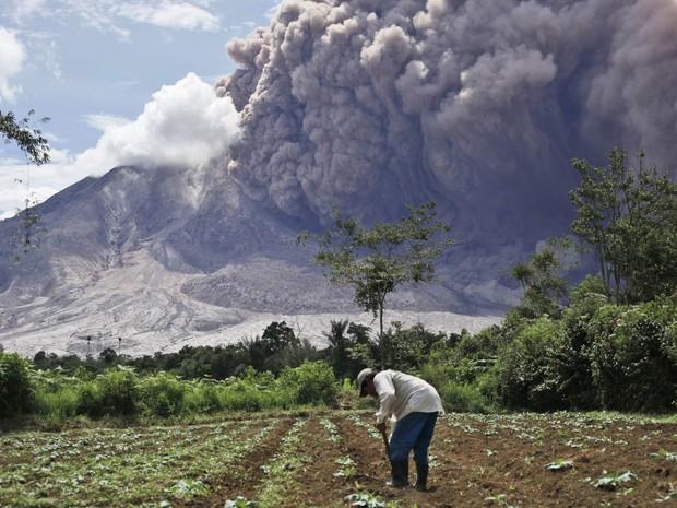 Vulcão Monte Sinabung entra em erupção na Indonésia