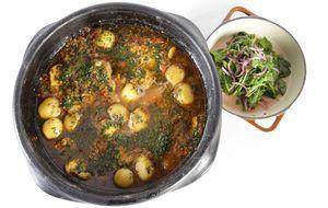 Peixada de cação com camarão e batatas, acompanhada de salada