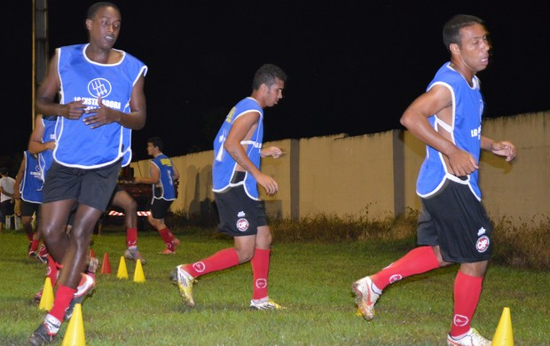 Atacante Dudu Lima e o meia-atacante Douglas Muniz do Pimentense (Foto: Fábio Diniz/TV Cacoal)