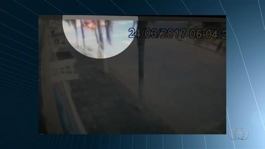 Motociclista morre após ser atingido por caminhão, em Goiânia; veja vídeo