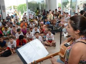Crianças acompanham contação de histórias e apresentações musicais (Foto: Assis Cavalcante)