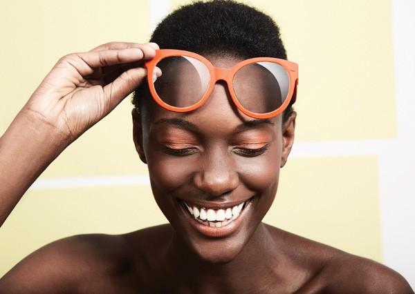 Make todo em tons de laranja harmonizando com a armação. O visual monicromático combina com todas (Foto: Pedro Bonacina)