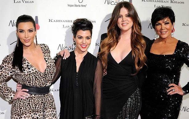 """A família Kardashian sempre teve certo poder por um motivo simples: tinham e continuam tendo muito dinheiro à disposição. Kris se casou com o advogado Robert Kardashian, que acabou morrendo em 2003, mas deixou um sobrenome de peso para seu clã. A família virou um nome-chave da mídia após Kim Kardashian ter uma sextape """"vazada"""" e a vida dela e de seus parentes virar um reality show. (Foto: Getty Images)"""