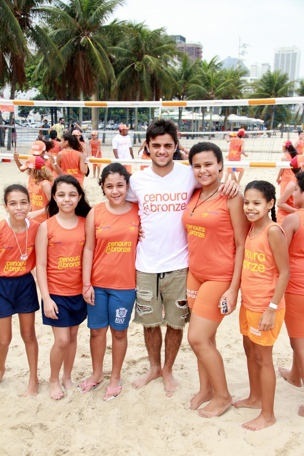 Felipe Simas e crianças na praia de Copacabana (Foto: JC Pereira/AgNews)