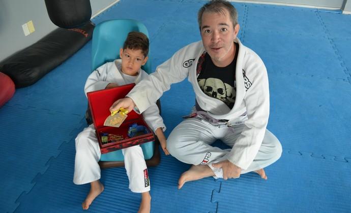 Pai mostra medalhas que o filho conquistou nas competições (Foto: Eliete Marques)
