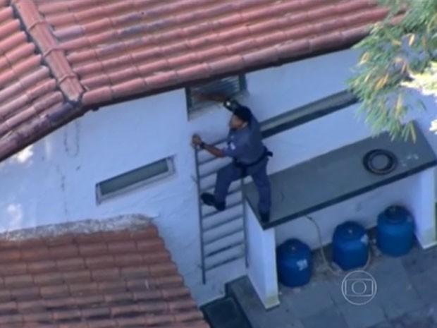 Polícia vascula mansões em Itapecerica na manhã desta sexta (Foto: Reprodução/TV Globo)