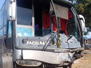 Acidente deixou quatro pessoas da mesma família mortas, segundo polícia (Foto: Renata Chabor/ TV Santa Cruz)
