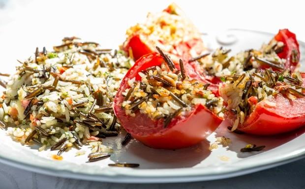 Receitas da Carolina - 2 temporada - Tomate - Tomate recheado com arroz (Foto: Robert Schwenck)
