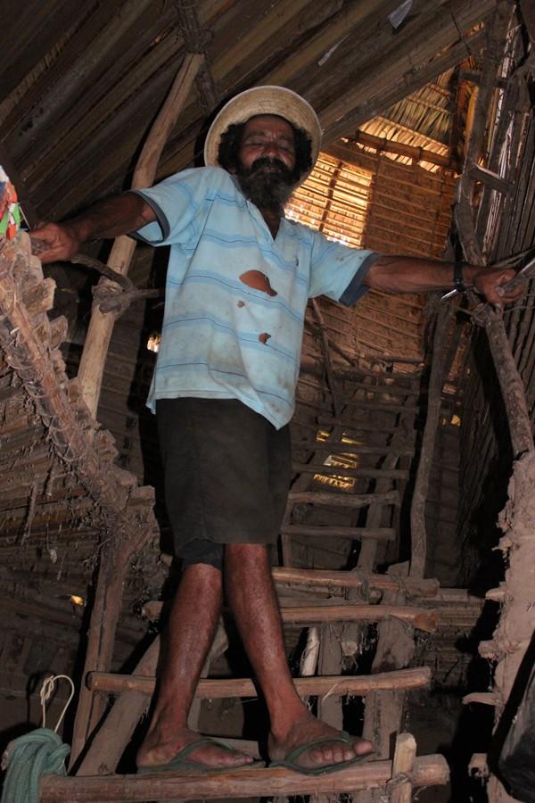 Antônio Vanja mostra escada que cada acesso ao segundo piso. (Foto: Gilcilene Araújo/ G1)