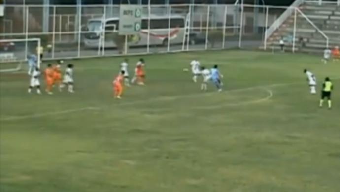 Momento em que Jaime acerta o chute do gol de empate na partida entre Duque de Caxias e Céres (Foto: Reprodução SporTV)