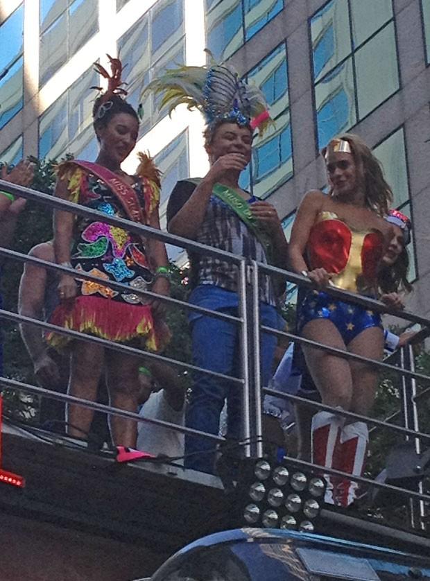 Sheron Menezzes, David Brazil e Carolina Dieckmann no bloco da Preta (Foto: EGO)