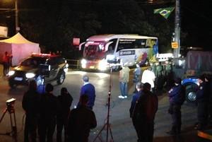 Ônibus da Seleção chega à Granja às 1h16 de terça-feira (Foto: Chris Mussi)