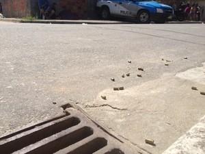 Balas ficaram no chão após morte de três pessoas no bairro Jardim Nova Era, em Nova Iguaçu (Foto: Guilherme Brito/G1)