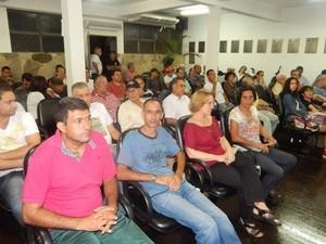 Moradores lotaram plemário durante reunião em Oliveira (Foto: Sérgio Henrique Dinis/Divulgação)