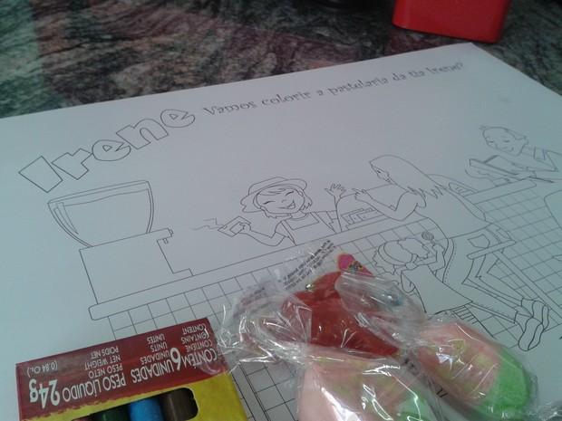Pastelaria do Mercadão dá  kit de colorir e doces para as crianças (Foto: Pedro Carlos Leite/G1)