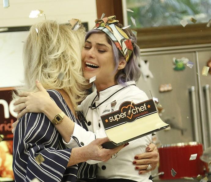 Julianne Trevisol abraça Ana Maria Braga emocionada em final do 'Super Chef' (Foto: Raphael Dias/Gshow)