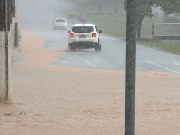 Córrego Invernada, em Valinhos, transbordou duas vezes em uma semana (Foto: Reprodução / EPTV)