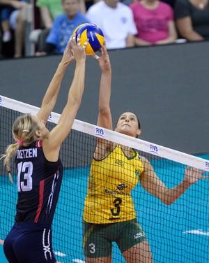 Disputa na rede entre Dani Lins e americana (Foto: Divulgação / FIVB)