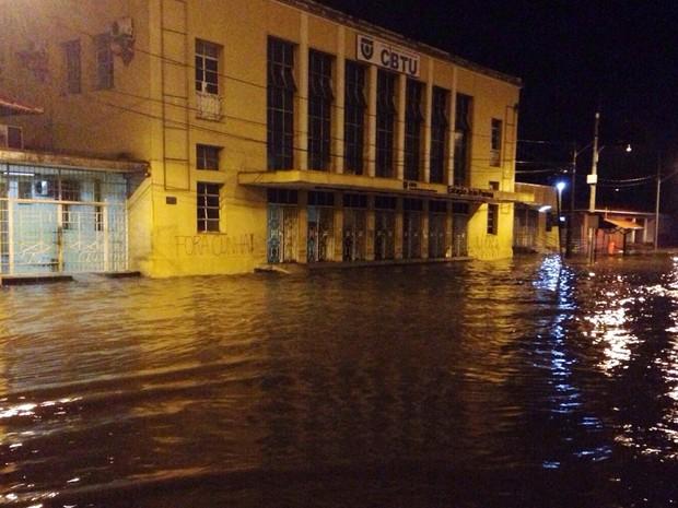 Trecho da Avenida Sanhauá, em frente a CBTU em João Pessoa, ficou muito alagado com a chuva (Foto: Walter Paparazzo/G1)