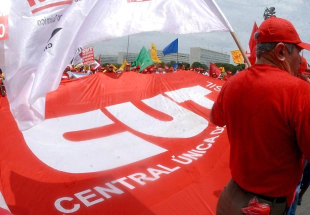 Ativistas da Central Única dos Trabalhadores (CUT) realizam protesto em Brasília (Foto: José Cruz/Agência Brasil)