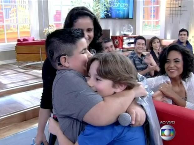 Alejandro recebe abraço caloroso de Pedro (Foto: Encontro com Fátima Bernardes/TV Globo)