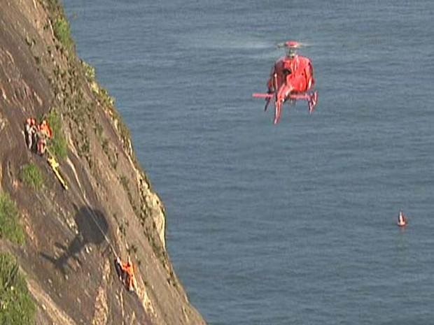 Helicóptero do Corpo de Bombeiros resgate alpinista no Pão de Açúcar (Foto: Reprodução/ TV Globo)