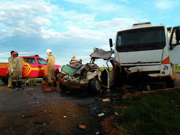 Bombeiros tiveram que cortar teto do carro para retirar duas vítimas (Foto: Osvaldo Nóbrega/ TV Morena)
