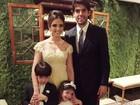 Carol Celico posa sorridente ao lado de Kaká e os filhos em casamento