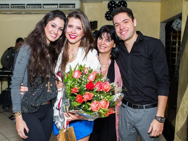 Ex-BBB Andressa com namorado, o também ex-BBB Nasser Rodrigues, da mãe, Rosângela, e da irmã, Suellen (Foto: Raphael Mesquita/ Foto Rio News)