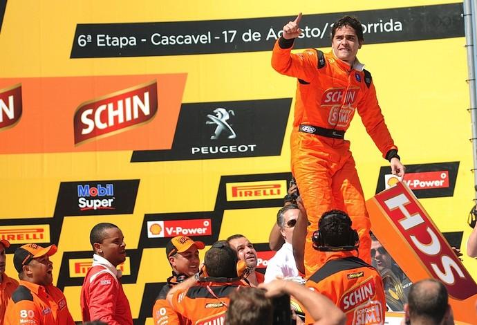 """""""Rei de Cascavel"""", Marcos Gomes festeja vitória na corrida 2 deste domingo (Foto: Duda Bairros)"""