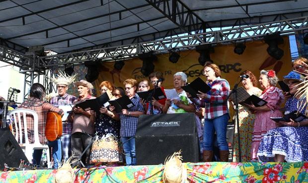 O grupo de cantoria Sesc Londrina agitou a multidão  (Foto: Rubem Vital/ RPC)