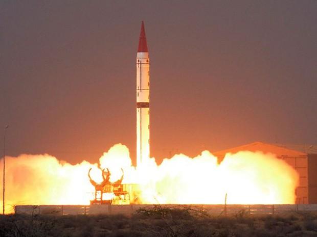 Paquistão realizou nesta sexta-feira o lançamento de um míssil balístico capaz de transportar carga nuclear (Foto: ISPR / AFP)