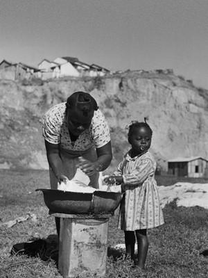 Lavadeira em Ricardo de Albuquerque em 1949 (Foto: Divulgação/MAR)